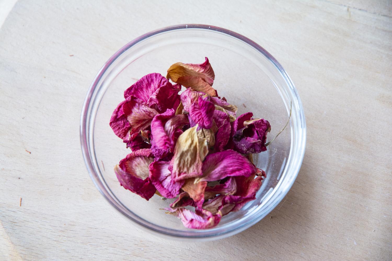 Petali di rosa essicati