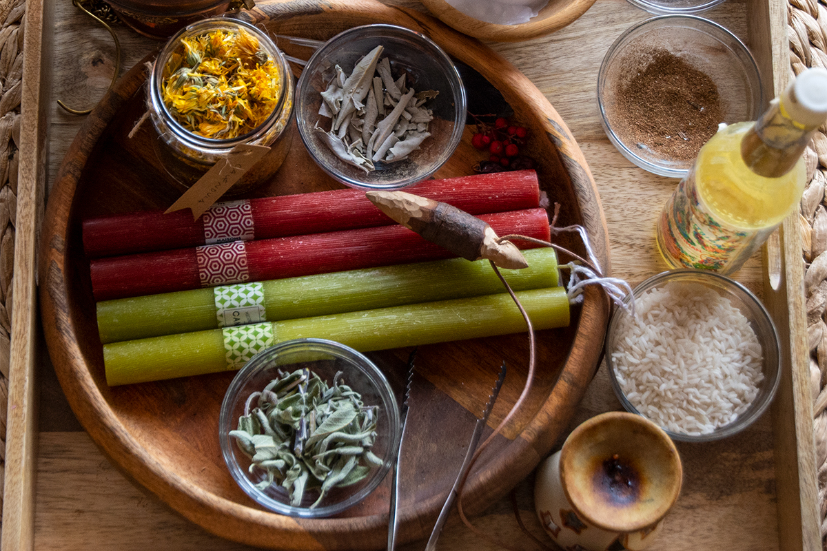 Candele erbe e altri strumenti rituali