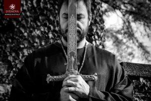 Alex Peverada con veste e spada cerimoniale e magica