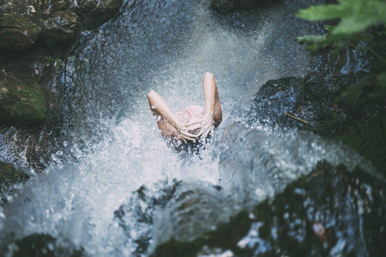 Purificazione femminile con la meditazione dell'acqua