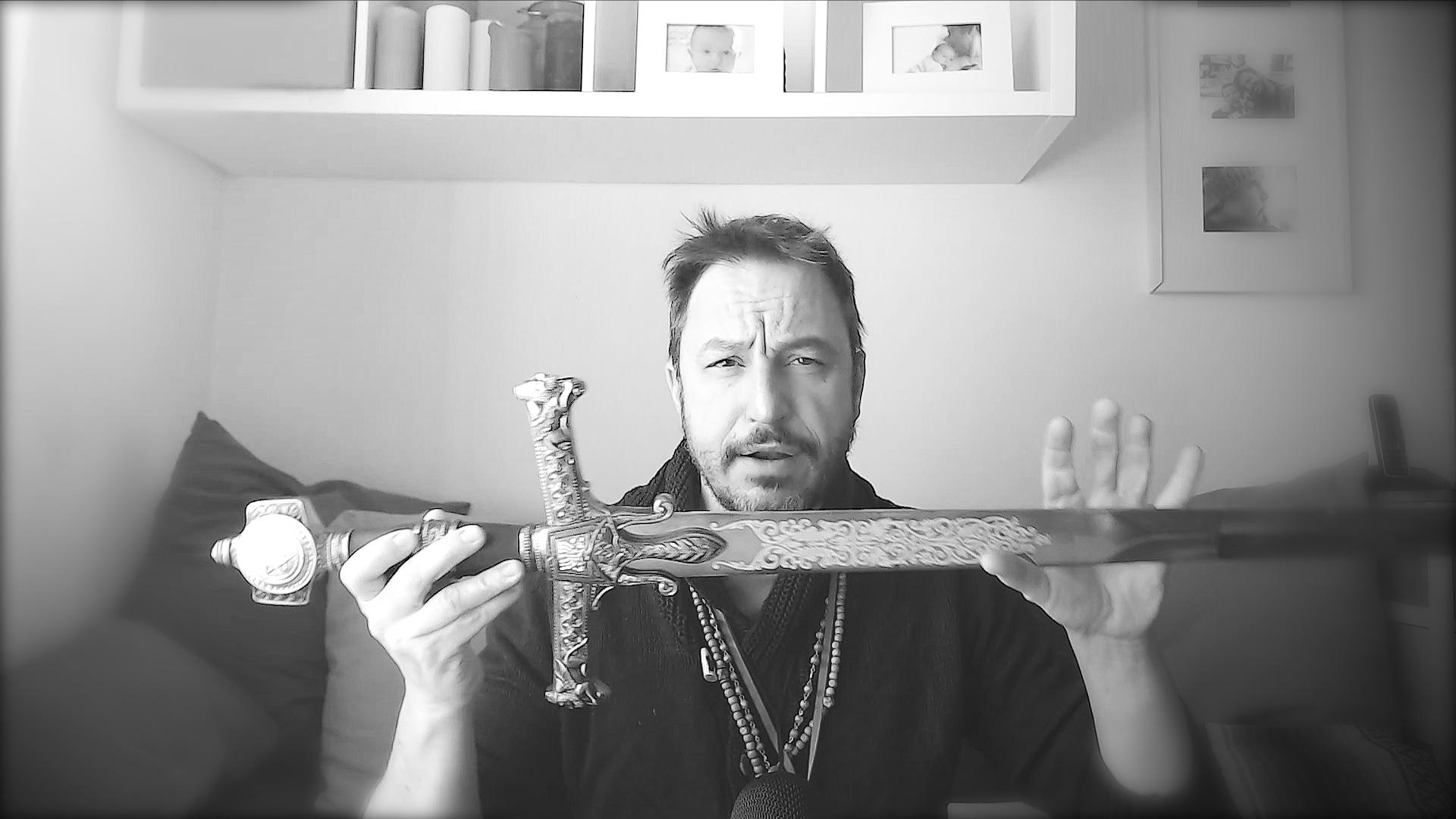 Il pugnale lo utilizzo in spazi ristretti, al chiuso; la spada in ampi spazi o in natura