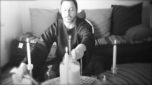 Inserire il rosario nel sale, esorcizzandolo