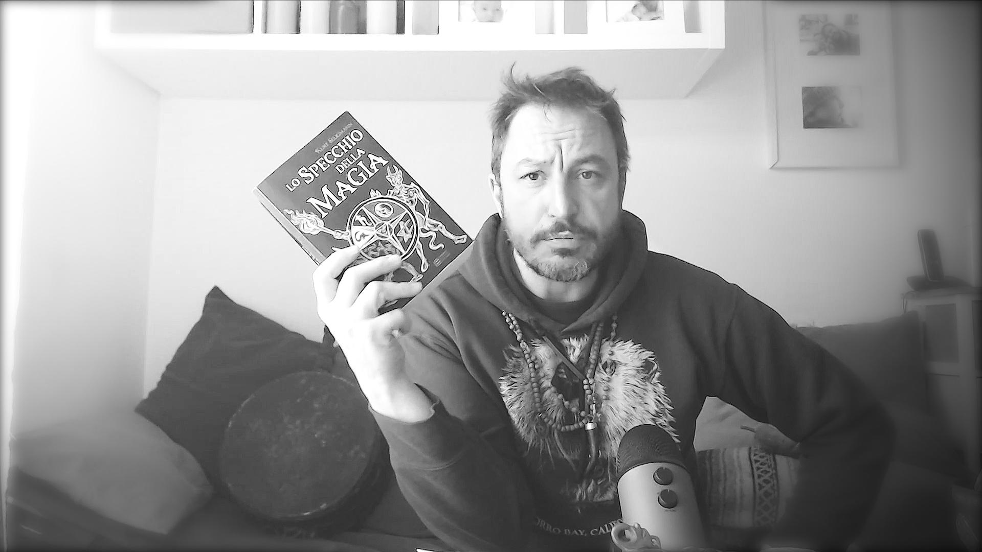 Lo specchio della magia è un libro di Kurt Seligmann