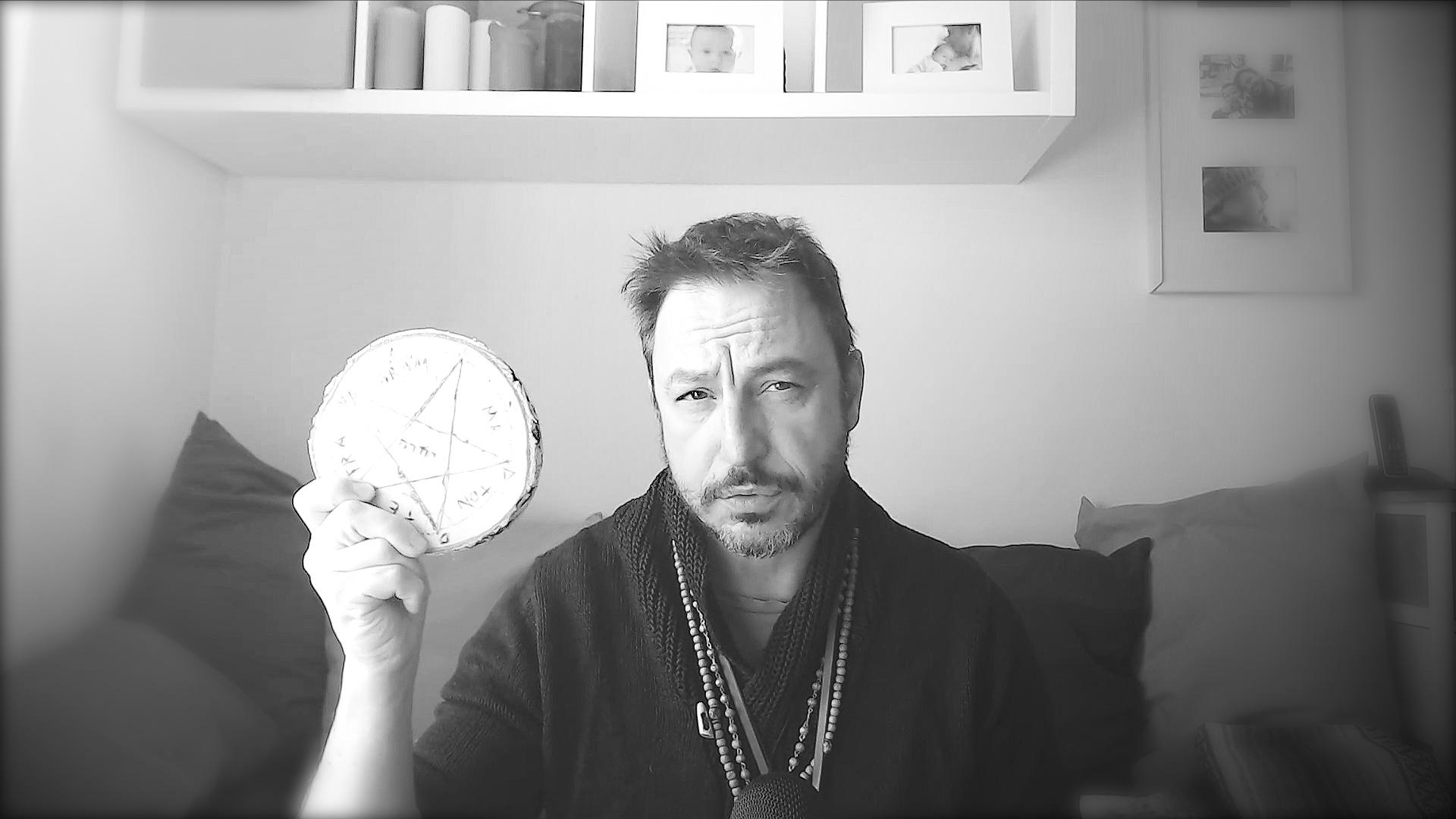 Nella magia cerimoniale si utilizza il pentacolo con il Tetragrammaton