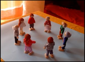 Una scena con pupazzetti che indicano persone in sessione di costellazioni familiari e costellazioni sistemiche.