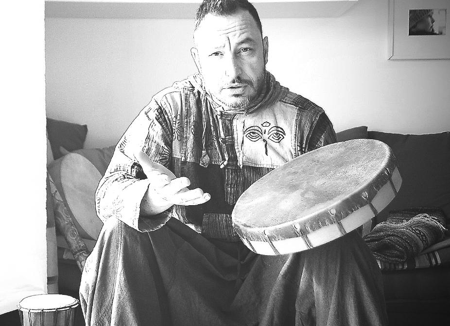 Strumenti musicali tamburi, sonagli e tutto ciò che può servire per la pratica del viaggio sciamanico nel contesto dello sciamanesimo transculturale