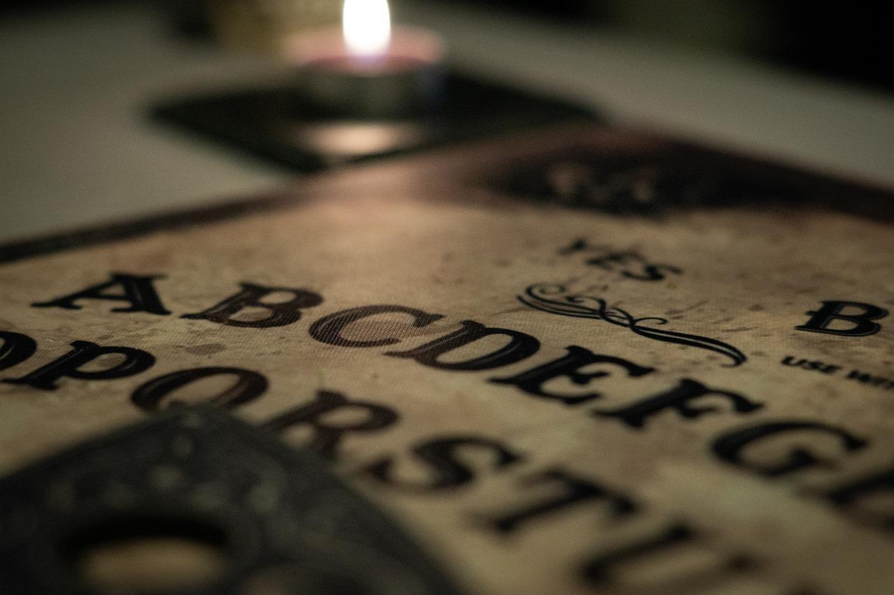 Tavola Ouija: Cosa è? Come è fatta? E come funziona?